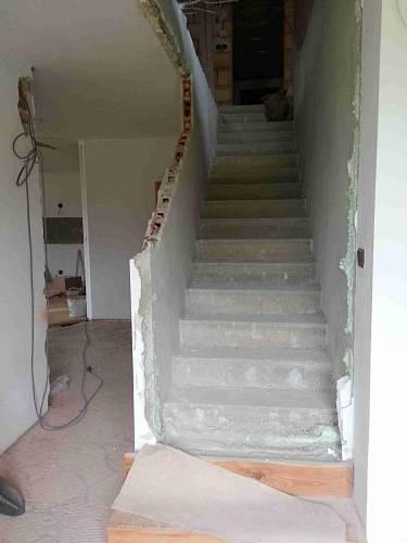 Zeď u schodiště šla dolů, takže se konečně otevřelo světu a nebude to tak klaustrofobické