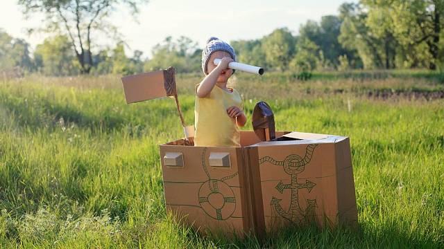 Loď z kartonu si děti mohou samy dozdobit barvičkami.