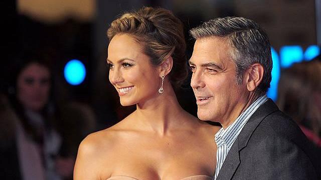 Herec a režisér George Clooney vzal svoji novou lásku Stacy Keibler do Londýna na premiéru filmu The Descendants