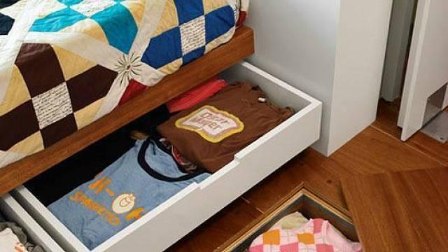 Využít úložný prostor v sedací soupravě nebo pod klasickou postelí není nic nového. Nepopiratelně originální je ovšem nápad skladovat věci i pod podlahou. Proč tam ostatně neuložit sezonní obuv nebo stará CD?