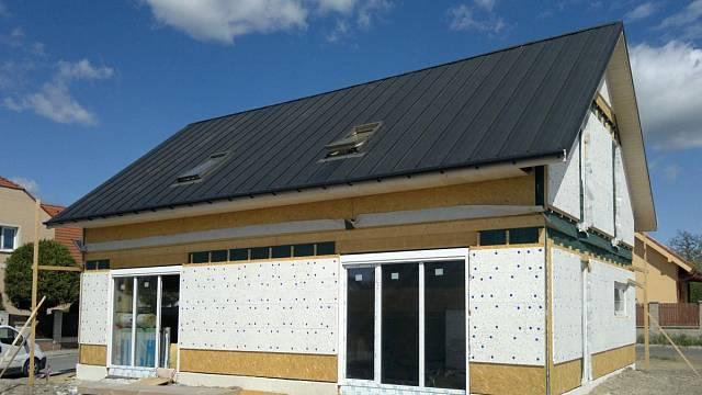 AirComfort Haus ve stadiu zrodu, po dokončení tento rodinný dům bude splňovat přísné nároky energetické úspornosti. Zároveň však dostane vybavení, které obyvatelům zajistí vysoce nadstandardní vnitřní podmínky, zejména pak nepřetržitě bohatou zásobu zd...
