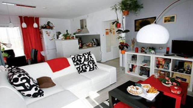 Obývací pokoj je spojený s kuchyní