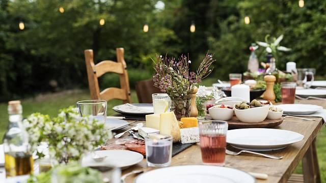 Na zahradě si můžete dopřát klasickou keramiku či porcelán, sklo a kovové příbory a není třeba řešit, jak vše složitě převézt.