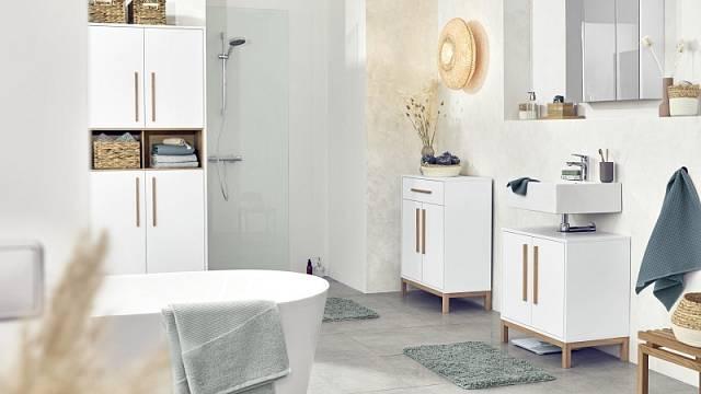 Na foto vlevo je vysoká koupelnová skříňka (80 x 190 x 35 cm), do níž se vejde vše potřebné, cena 5990 Kč.