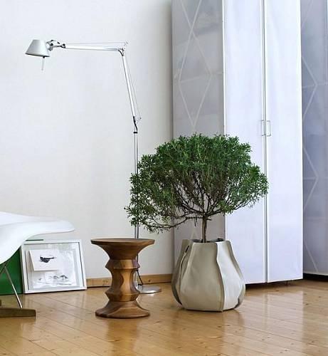 Pěstební vak je vyrobený z tkaniny potažené polyesterem, k dostání je ve třech velikostech i několika barevných variantách. Autorem je designér Patrich Nadeau.
