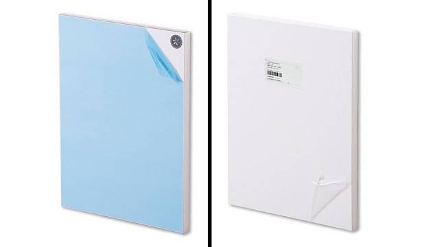 Zadní strana dvířek je opatřena hologramem (vlevo) a přední výrobním štítkem.