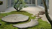 Japonská zahrada s kameny v trávě