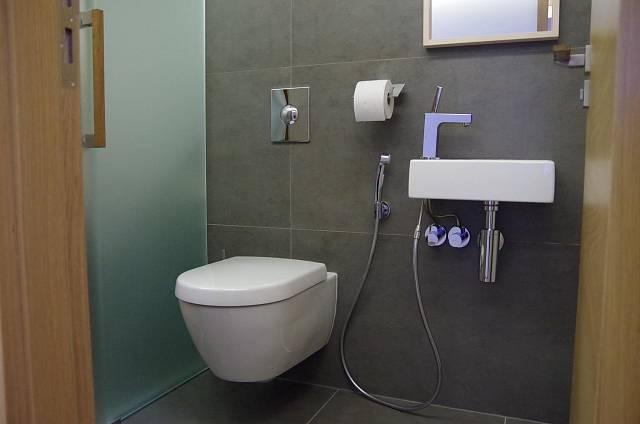 Záchod s bidetovou sprškou a malým umyvadlem