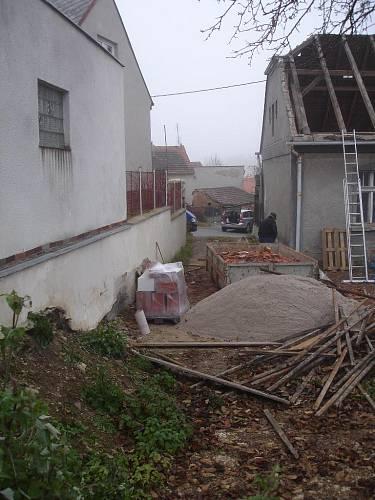 Zahrada v průběhu rekonstrukce domu