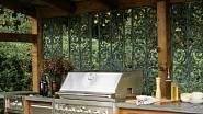 Dominantou této venkovní kuchyně je plynový gril,  na kterém není problém připravit jídlo pro velkou společnost. Dále zde najdeme dřez, aby bylo kde umýt nádobí i skříňky na jeho uložení.