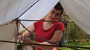 Má žena Alice dovybavuje bambusový přístřešek celtou z prostěradel.