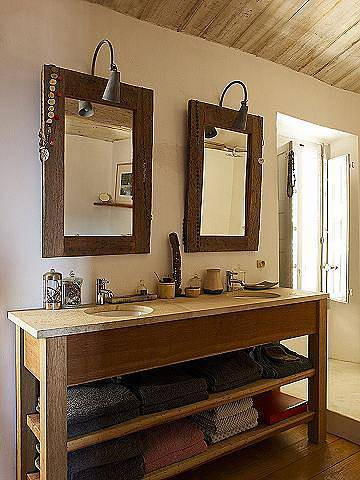 Dřevěný koupelnový nábytek a doplňky