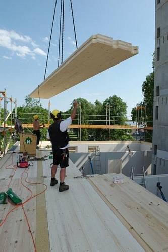 """Dřevo je """"přiznáno"""" i v interiéru - ve vnitřním prostoru jsou částečně viditelné dřevěné stropy."""