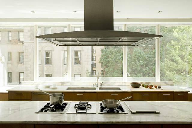 Zvláštní atmosféru dokáže kuchyni dodat přírodní kámen. Neopakovatelná kresba mramoru, žuly či struktura travertinu nebo pískovce vytvoří z každé kuchyně originál. Kámen může být opracován do vysokého lesku, pololesku nebo do matu se zachováním jemné s...
