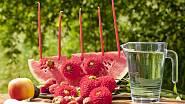 Chystáte letní ovocné osvěžení pro děti? Nalákejte je na melounový svícen. Do melounové výseče zapíchejte tenké dlouhé svíčky a dozdobte květy jiřinek. Protože je meloun samá voda, květy vydrží čerstvé velmi dlouho.