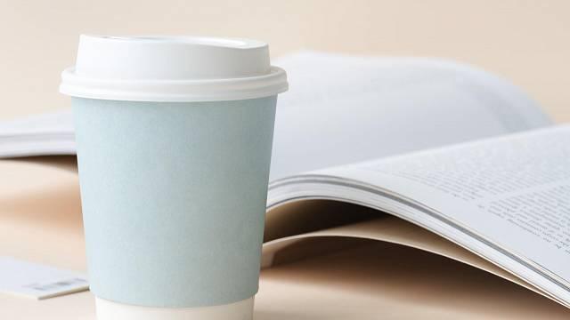 Tradiční papírové kelímky nejsou recyklovatelné. Pokud si přinesete vlastní hrneček nebo recyklovatelný kelímek, můžete v některých kavárnách získat na kávu s sebou i slevu