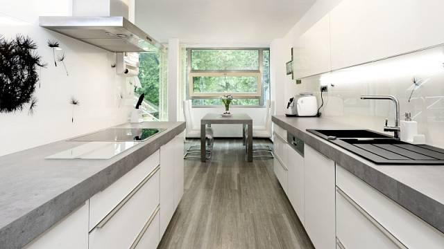 Dvouřadá kuchyně se vejde i do menších prostor.