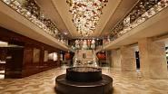 Armaggan, Istanbul. 12 metrů dlouhý pás je tvořen 700 skleněnými koulemi různých velikostí a barev. Hutní koule zdobené optickým dekorem jsou ke stropu připevněny na subtilních lankách.