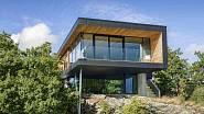 Betonová základna s integrovaným přízemím jako by vyrůstala ze skalnatého terénu, v horním patře nad ní se pak jako vyhlídková plošina vznáší dřevěná konstrukce. Foto: Sindre Ellingsen