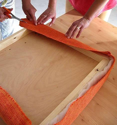 K uchycení a vypnutí potahové látky na sedáku použijeme čalounické hřebíčky. Můžeme použít i běžné malé hřebíčky, ale aby se látka nevytrhávala, podložíme je čtverečkem pevné látky nebo kartonem.
