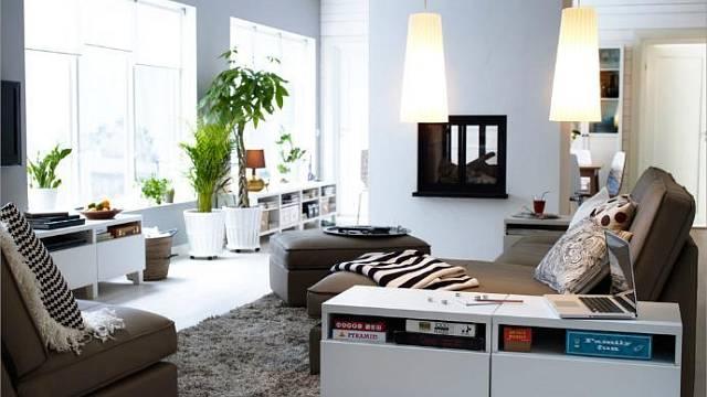 Sedací souprava v rodinném domě by kromě pohledu na televizní obrazovku měla nabízet především atraktivní výhled, nejlépe do zeleně vlastní zahrady nebo blízké přírody.
