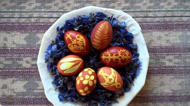 Vejce barvená v cibulových slupkách