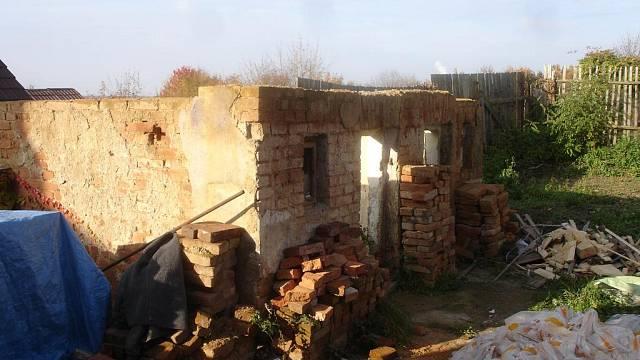 Starý chlívek se nakonec celý zbourá a postaví znovu. Vlhkost a špatná statika by do budoucna mohly způsobit problémy.
