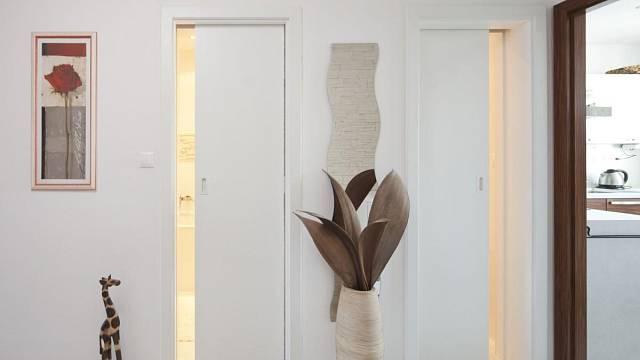 Typický případ posuvných dveří do jediného pouzdra - koupelna a záchod v panelovém bytě.