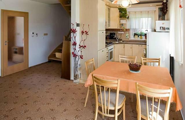 Interiér domu si manželé zařídili podle svého vkusu a finančních možností. Z použitých materiálů zde převažuje dřevo.