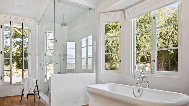 Jedna ze čtyř koupelen