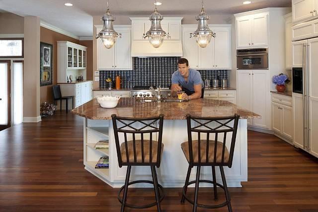 Kuchyni má Kris Humphries zařízenou v retro stylu