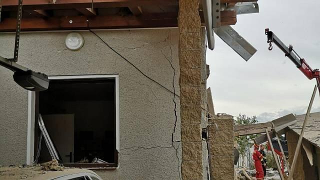 Exploze v sousedství původní objekt poškodila natolik, že místo drobných úprav přišla na řadu totální rekonstrukce. Foto: archiv rodiny