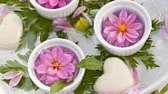 Jarní květiny krásně vyniknou i v malých miskách jako květinová jezírka. Opět je dozdobte látkovými srdíčky.  K nim přidejte i srdíčkové plovací svíčky a dokonalé zahradní jezírko a originální dárek ke Dni matek je na světě!