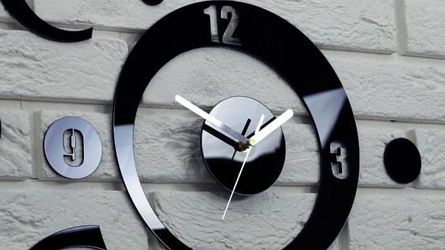 Nástěnné hodiny z akrylového skla PLANET, 539 Kč