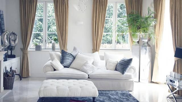 Kombinace bílé, krémové a kontrastní modrošedé je velmi příjemná a osvěžující. Navíc působí elegantně.