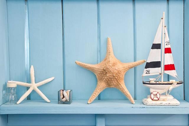 Suvenýry z cest jsou skvělým nápadem na výzdobu domácností. Mořké hvězdice nebo mušle všech tvarů a velikostí můžete použít na vyzdobený stůl, na poličky, zavěsit je na okna nebo si z menších mušliček udělat dekorativní závěs....