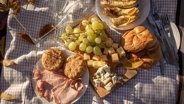 Na piknik nezapomínejte sbalit prkénko, abyste mohli nakrájet čerstvé pečivo či sýry až na místě.