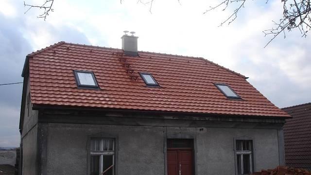 Střešní okna jsou levnějším řešením než vikýře. Pro dodávku oken si vyberte raději některou z renomovaných značek, sice zaplatíte o něco více, ale zase máte jistotu, že okno bude dobře těsnit a budete na ně mít záruku.