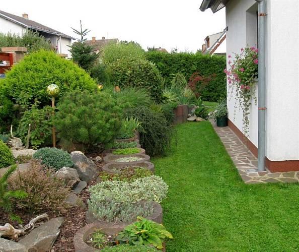 Zahrada plná květin - Betonové tvarovky dají prostoru řád