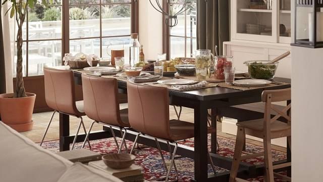 Pohodlí a stabilitu slibují židle Bernhard skoženým potahem, cena 2990 Kč.