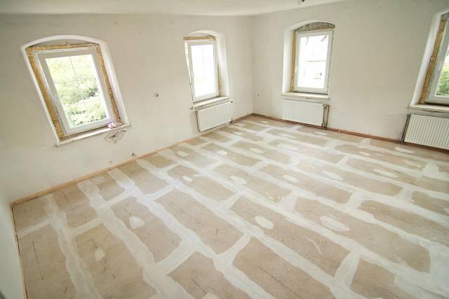 Hotová suchá podlaha s vytmelenými spárami připravená pro finální nášlapnou vrstvu