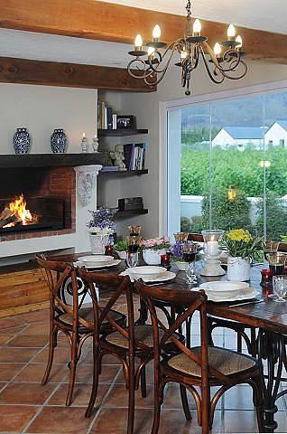 Lustr v retro stylu se bude hodit do interiéru zařízeného v country stylu.