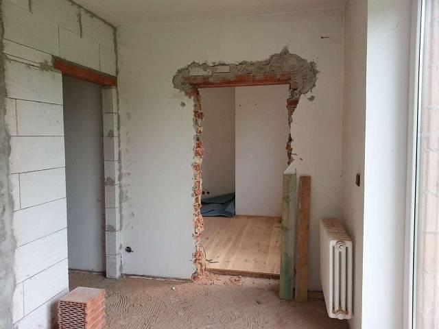Centrální šatna a vchod do obývací části