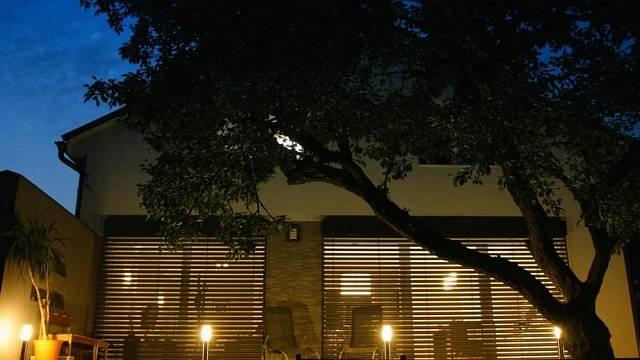 Venkovní stínění vytváří celkový dojem exteriéru domu.
