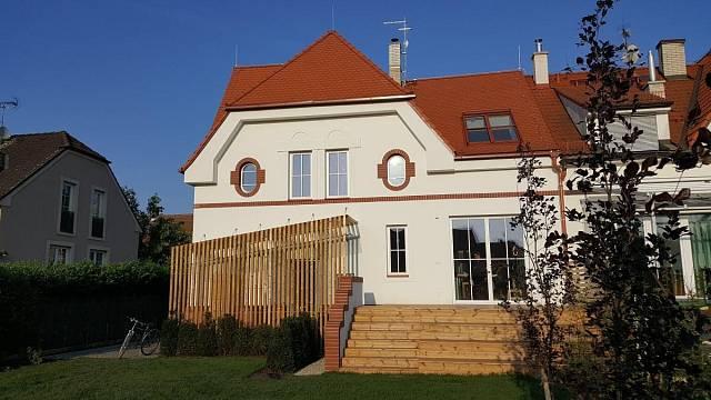 Mezi domy jsou i zajímavé rekonstrukce, například tahle poloviny dvojdomu z r. 1930, Poděbrady, zděná/monolitická, autor: Ondřej Kamenický