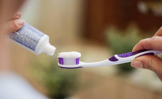 Dle některých zdrojů lze zamlžování zrcadla zabránit klasickou zubní pastou. Na suché zrcadlo stačí nanést trošku pasty, rozetřít a vyleštit. Nesmí to být ovšem pasta s mikročásticemi, které by způsobily poškrábání a ztrátu lesku zrcadla, gelové pasty zas