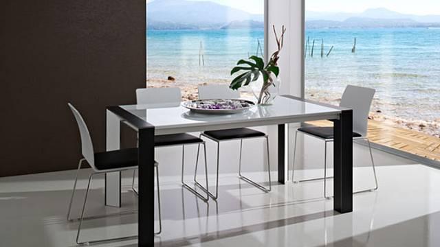 U stolu Pietro, samozřejmě. Jsou dvojité, což jejich návrhář navíc umocňuje použitím barev a materiálů. Vnabídce je několik kombinací a navíc si můžete vybrat variantu spevnou nebo rozkládací deskou. Ta je ztvrzeného skla a lze prodloužit o 40 cm ne...