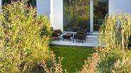 Při pohledu od horních vrátek se zahrada zrcadlí ve velkém francouzském okně