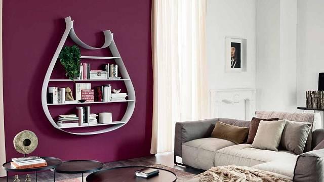 Minimalistická knihovnička ve tvaru harfy oživí místnost a překvapí svou jednoduchostí a originalitou.