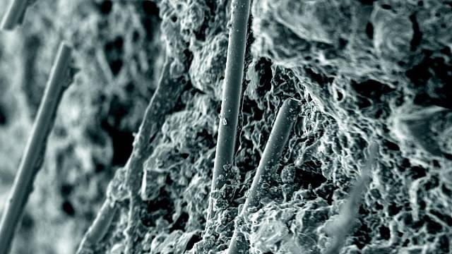 Skelná vlákna se velmi dobře pojí s vnitřní mikrostrukturou omítky
